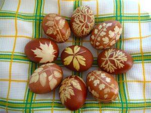 яйца крашенные в луковой шелухе