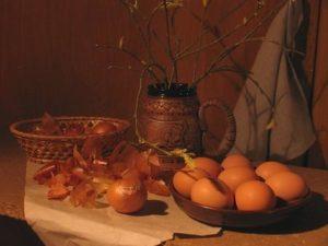 Как покрасить яйца в луковой шелухе, чтобы не лопнули