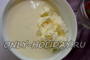 В ёмкость поместите сырковую сладкую массу и влейте йогурт