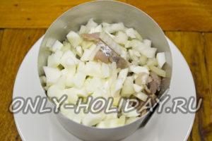 На картофель выложить слой селедки и яичного белка