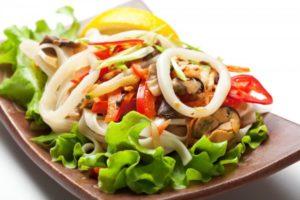 Салат с отварными кальмарами