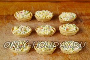 Наполнить тарталетки салатом
