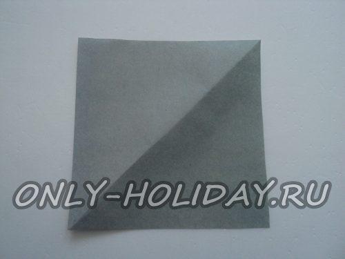подготовить квадратик из цветной бумаги