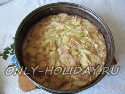 испечь шарлотку с яблоками