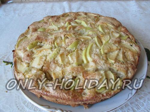 готовая шарлотка с яблоками