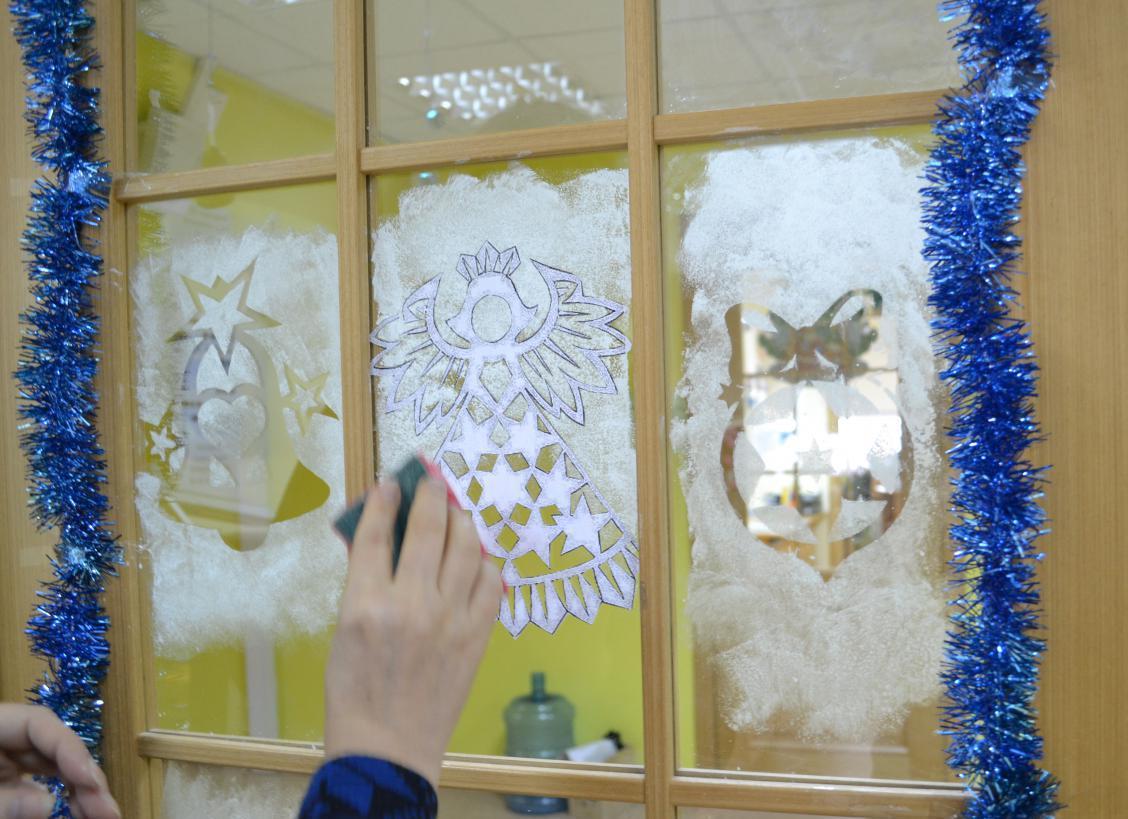 Как украсить окна зубной пастой на новый год своими руками
