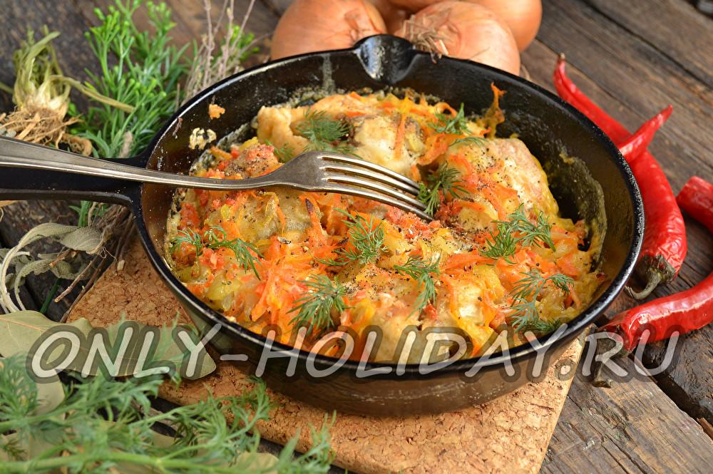 минтай в сметане на сковороде с луком и морковью