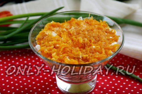 затем выкладываем вареную тертую морковь